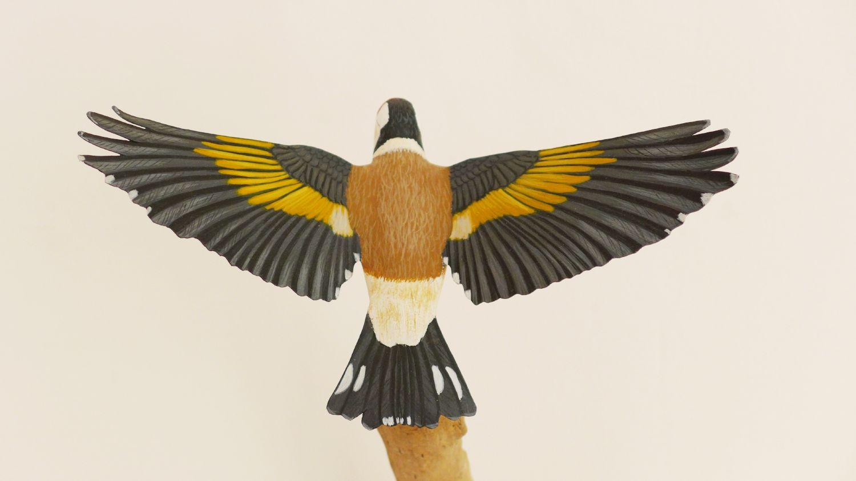 un chardonneret élégant, a goldfinch, sculpture